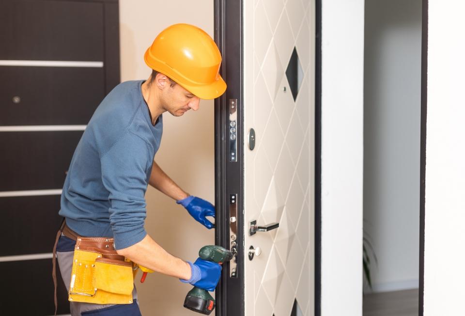 Białe drewniane drzwi