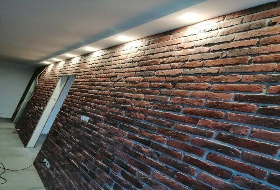Ściana wypełniona cegłami